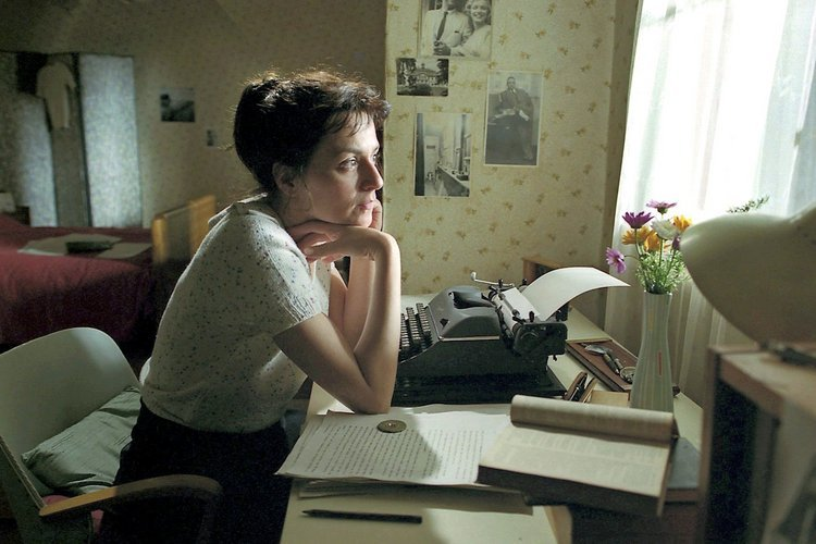 Brigitte Reimann (Martina Gedeck) korrigiert ihr Manuskript. © MDR/Junghans. Fotos: MDR